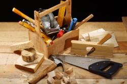 Плотницкие инструменты для сооружения деревянного верстака
