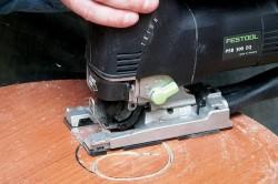 Выпиливание фигурного отверстия электролобзиком