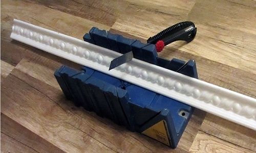 Правила работы с потолочным плинтусом